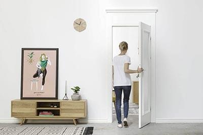 białe drzwi w stylu kamienicy