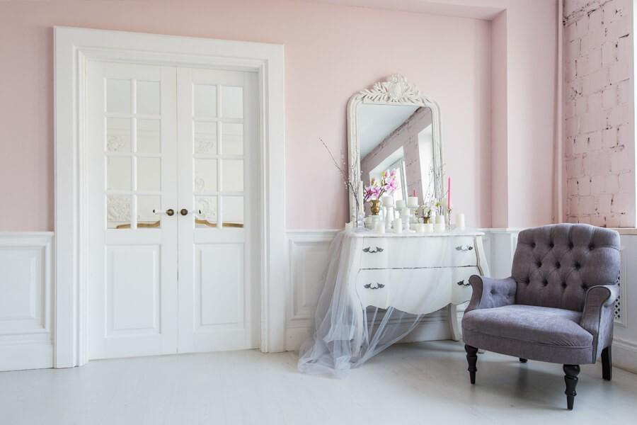 Białe drzwi w stylu angielskim