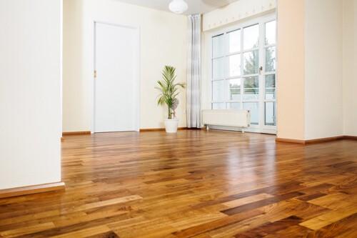 Czego nie znosi twoja drewniana podłoga? Zobacz, jak o nią zadbać!