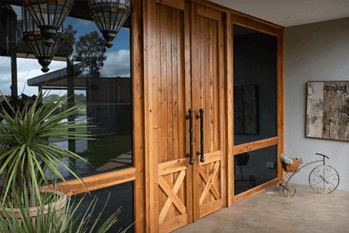 Sosnowe, dębowe... a może bukowe? Jakie drewniane drzwi zewnętrzne wybrać i dlaczego?