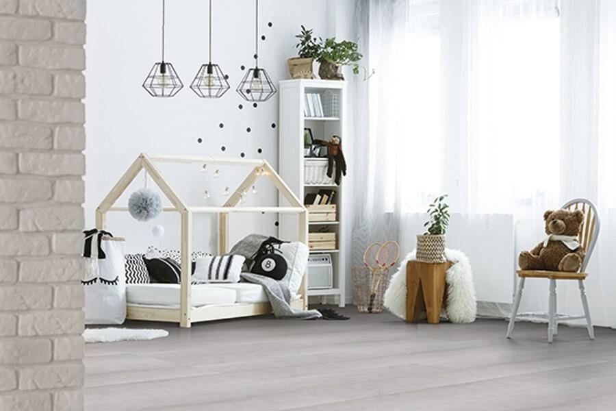 Szare panele podłogowe: świetny wybór do salonu, sypialni czy pokoju dziecka